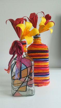 De bloemen zijn van papier gevouwen en de flessen zijn lege drank flessen ingewikkeld met wol en opgeschilderd. :-)