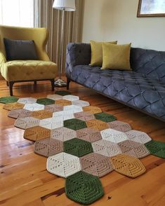 Tapetes de croch para sala modelos e ideias - Artesanato Passo a Passo Diy Crafts Crochet, Crochet Home Decor, Crochet Gifts, Crochet Ideas, Doily Rug, Crochet Doilies, Crochet Edgings, Handmade Home Decor, Handmade Rugs