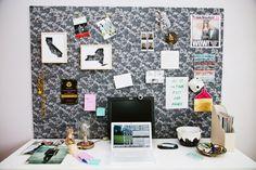Le bureau d'Alicia Wolfson, blogueuse mode pour le Huffington Post manquait d'un endroit où placer tous les objets lui permettant de rester inspirée…Elle a donc créé son propre mood board ou tableau d'inspiration sur-mesure à l'aide d'une simple planche de bois de la longueur de son bureau qu'elle a ensuite recouvert de tissu…