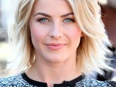 coiffure-courte-blonde-femme-aux-yeux-bleus-coupe-courte-degradee-femme-blonde