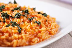 Risotto with sun-dried tomatoes is a decadent, delicious vegetarian and dairy-free vegan main dish. Add vegan parmesan cheese for an extra kick. Crockpot Side Dishes, Side Dish Recipes, Dinner Recipes, Easy Vegetarian Dinner, Vegetarian Cooking, Risoto Vegan, Menu Vegetariano, Filet Mignon Chorizo, Barley Risotto