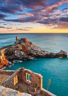   #PortoVenere   Tramonto sulla Bifora, Chiesa di S. Pietro e il Golfo dei Poeti    www.volamondo.it