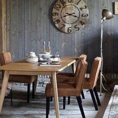 BePure Home. Deze eetkamerstoel is gemaakt van hout, gerecycled leder en polyester en heeft een zwarte met cognac kleur. De eetkamerstoel is 83 cm hoog, 45 cm breed en 61 cm