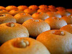 Υλικά: 500 γρ. αλεύρι 150 γρ. σιμιγδάλι ψιλό 150 γρ. ζάχαρη άχνη 250 γρ. βούτυρο 3 αυγά 1 κουτ. του γλυκού μπέικιν πάουντερ Υλικά γ...