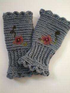 Winter Pansies Hand Warmers tutorial by I heart handicrafts.