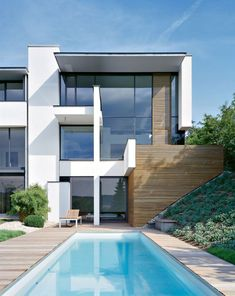 Beautiful white, modern, yet not by any means plain MIKI 1 House in Stuttgart, Germany by Alexander Brenner Architects. Modern Exterior, Exterior Design, Alexander Brenner, Architecture Résidentielle, Amazing Architecture, Moderne Pools, Family Room Design, Beautiful Homes, House Design
