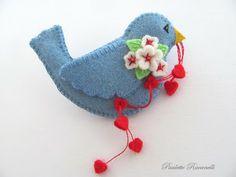 Paulette Racanelli felt designer Bahçe – home accessories Fabric Crafts, Sewing Crafts, Craft Projects, Sewing Projects, Craft Ideas, Bird Crafts, Felt Birds, Penny Rugs, Felt Hearts