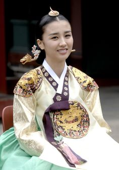 hanja: 同伊) is a 2010 South Korean historical television drama series, starring Han Hyo-joo, Ji Jin-hee, Lee So-yeon andBae Soo-bin. About the love story between King Sukjong, it aired on MBC. Korean Traditional Dress, Traditional Fashion, Traditional Dresses, Korean Art, Korean Drama, Yi King, Korean Accessories, Korea Dress, Dong Yi