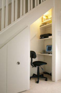 Debajo de la escalera muy practico!!