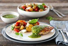 KYLLING MED PESTO  LUN POTET- OG TOMATSALAT Mozzarella, Eggs, Chicken, Breakfast, Recipes, Food, Morning Coffee, Recipies, Essen