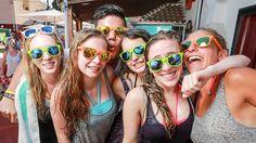 Abireise nach Lloret de Mar - Gruppe mit Sonnenbrillen