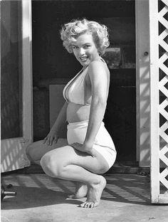 pin up art posed marilyn monroe Hollywood Glamour, Classic Hollywood, Old Hollywood, Gossip Girls, Christina Hendricks, Retro Mode, Marilyn Monroe Photos, Marilyn Monroe Body, Young Marilyn Monroe