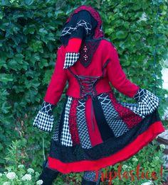 Upcycled Pullover Mantel, Katwise inspiriert, roten und schwarzen Pullover Wollmantel, Triptastica Eco Couture