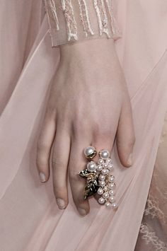 View all the detailed photos of the Elie Saab haute couture spring 2015 showing at Paris fashion week. Sarah Jessica Parker, Couture Details, Fashion Details, Fashion Ideas, Raindrops And Roses, Fashion Accessories, Fashion Jewelry, Elie Saab Couture, Elie Saab Spring