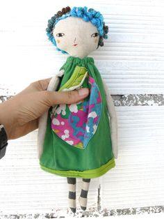 Muñeca con pelo rizado de colores  bordada a mano.  32 cm de AntonAntonThings en…