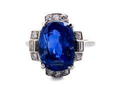 Ringweite: 56. Gewicht: ca. 7,8 g. Platin. Eleganter Ring mit feinem Saphir im Kissenschliff, 11,03 ct, umrahmt von Diamanten im Baguette- und Brillantschliff,...