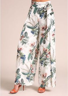 Junior clothing ivory floral high rise palazzo pants loveculture com Gorgeous and fashionable palazzo pants with a floral print all throughout. Features a high rise waist with thick waist straps.Adorable Floral Outfits Ideas For This Spring Fashion Pants, Hijab Fashion, Boho Fashion, Fashion Dresses, Plazzo Pants, Cool Outfits, Summer Outfits, Junior Outfits, Junior Clothes