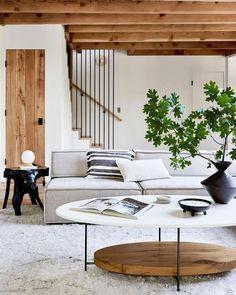 Exterior Colonial, Mesa Sofa, Interior Minimalista, Boho Living Room, Living Room Stairs, Living Room Tables, Room And Board Living Room, House Stairs, Cozy Living