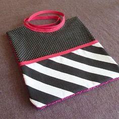 Bavoir bébé à motifs pois et rayures noir et blanc avec poche, réservoir et tissu éponge rose framboise