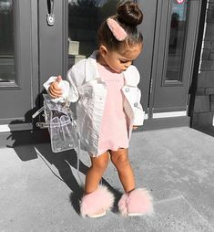 Buenos Días Beautiful baby girl Via . Cute Mixed Babies, Cute Black Babies, Black Baby Girls, Stylish Baby Girls, Cute Little Girls Outfits, Kids Outfits Girls, Toddler Girl Outfits, Cute Kids Fashion, Little Girl Fashion