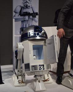 自走する冷蔵庫ってだけでもスゴいのに、『R2-D2モデル』だなんてズルい!映画「スターウォーズ」シリーズに登場するドロイドの代名詞、あの「R2-D2」が冷蔵庫になっちゃいました。もちろんディズニー社の公式ライセンスを受けたオフィシャル・グッズで、製造・販売は家電メーカーのハイアールアジア。本日10月29日から予約がスタートし、完全受注生産モデルとして、12月中旬より順次出荷されていく予定です。http://youtu.be/7WUIiiadIWgスターウォーズを知る者なら、誰もが「欲しいッ!」と身を乗り出...