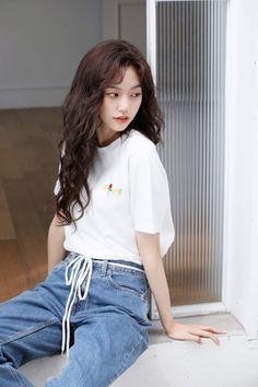 Weki Meki - Doyeon Kpop Girl Groups, Korean Girl Groups, Kpop Girls, Jooheon, K Pop, Kim Chungha, Cool Poses, Poses For Photos, Pose Reference