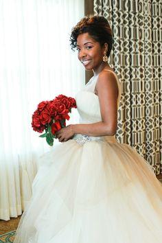 A Glamorous Red and White Beach Wedding in Florida - Munaluchi Bridal Magazine http://beautifulbrownbride.blogspot.com/