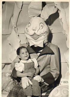 復活節快樂!?請告訴我這些照片都是假的,有哪對父母會把子女往這些「兔仔」的懷裏送啊? 20 張不可思議的合照,摧毀你的童年,又或者,你會慶倖自己出生於這個年代……
