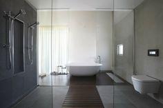 salle de bains ultra moderne avec douche à l'italienne et paroi vitrée