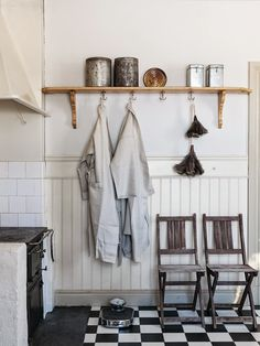 We've tackled nearly every sort and style of shelving available for kitchens and we can't help but embrace the latest emerging trend in kitchen storage: minimally-clad utility hooks. Here's everything you need to know to recreate the look at home. Kitchen Hooks, Kitchen Shelves, Rustic Kitchen, Kitchen Storage, Nordic Kitchen, Cozy Kitchen, Apartment Kitchen, Kitchen Interior, Kitchen Utilities