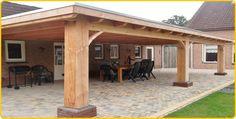 -7- Houten veranda aan huis met plat dak en lichtkoepel lichtstraat van larik douglas eiken hout.