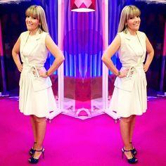 Já ía esquecendo de postar que o vestido e o colete lindos que usei ontem no @misturacomrodaika são da @giorlacouro combinados com a sandália de azul mais lindo deste mundo @cristofoli_oficial. Os acessórios incríveis, brinco e bracelete, são @nilla_accessories. Produção especial para a estreia do cenário do programa feita pelo meu #fashioncoach @eduardo_santos. Adorei!  #lookrodaika #rodaikaporcristófoli