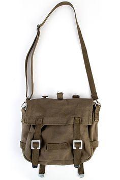 Hos Shock hittar du handväskor & ryggsäckar från varumärken som Kill Star, Mojo, Iron Fist, och Tripp NYC ✔Fraktfritt vid 199 kr ✔Fria byten ✔Snabb leverans