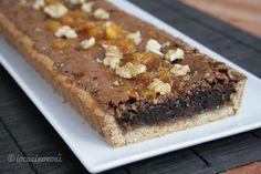Fuori crostata e dentro brownies, la crostata brownies è un dolce delizioso, con un ripieno di cioccolato e noci ed una profumata farcitura all'arancia.