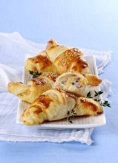Per un antipasto goloso e aromatico con cuore morbido e filante e impanatura croccante, scopri la ricetta dei cornetti con prosciutto e sesamo di Sale&Pepe.