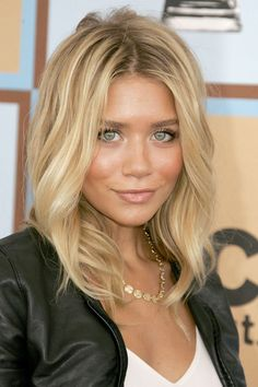 Ashley Olsen natural hair color is light brown. Ashley Olsen very beautiful green eyes. She loves blond and caramel hair color. Bottom color of her hair natural hair color. Do they like your hair...Share the joy