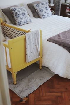 Baby Graça's cot and a Lovely blanket © tiesphoto