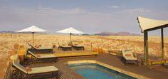 Baden im Löschwasserreservoir der Wolwedans Dunes Lodge – NamibRand Privatreservet, Namibia. Mitten in der Wüste Namib, umgeben von einem bizarren Sandmeer aus atemberaubenden Dünen, wartet der Lodgepool mit durchaus fordernden Dimensionen auf schwimmlustige Gäste.