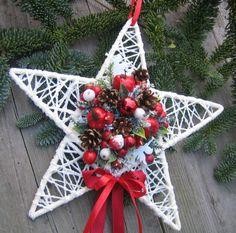 Vánoční+hvězdička+větší+Hvězdička+z+proutí+doplněná+vánočními+přízdobami,+zasněženou umělou+zelení,+filcovými+andílky a+stužkami+o+šířce+c… Xmas Wreaths, Diy Christmas Ornaments, Homemade Christmas, Christmas Projects, Christmas Time, Paper Flowers Craft, Paper Crafts, Xmas Decorations, Diy Projects