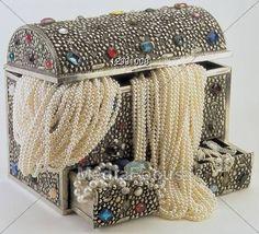 Boîte à bijoux  Source : Toutes choses rouges / red color art / rouge bijoux / rouge chaussures/source : google /  Bing recherches/amazon