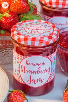 Make homemade strawberry jam! Get our easy recipe, learn to prepare delicious variations and download our free printable label to create a cute food gift! #homemade #strawberries #jam | countryhillcottage.com