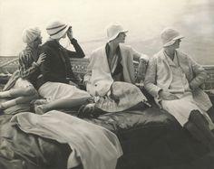 Edward Steichen, On George Baher's yacht: June Cox, E. Vogt, Lee Miller, Hattie Green and Hanna-Lee Sherman, 1928 © 1928 Condé Nast Publications, New York