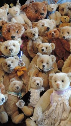 Some Invaluable Tips On Finding The Best Toys. In the past, toys were simple and playtime was basic. Now, toys are very complicated and unique. Teddy Bear Hug, Old Teddy Bears, Antique Teddy Bears, Steiff Teddy Bear, Boyds Bears, Tatty Teddy, Love Bear, Bear Doll, Bear Art