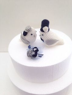Adorable #crochet wedding cake toppers from MAVECROCHET