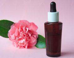 Recette : Sérum régénérant et anti-âge Pour 30 ml de sérum : – 20 ml d'huile végétale de rose musquée régénérante et anti-âge – 10 ml d'huile végétale de bourrache revitalisante et nourrissante – 2 gouttes d'huile essentielle de ciste ladanifère tonique et régénérante – 4 gouttes d'huile essentielle de géranium purifiante et énergisante