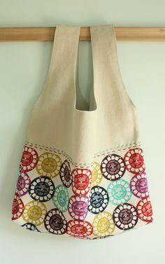 Market Tote Sew' Book Pattern}~ lovin' the 'Ruby Star Rising' Viewfinder fabric Fabric Handbags, Fabric Bags, Sew Bags, Sewing Tutorials, Sewing Projects, Sewing Patterns, Sewing Class, Market Bag, Learn To Sew