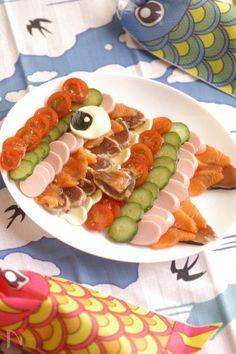 コブサラダみたいに食材ごと並べてこいのぼりのうろこを表現してみました。  「*こどもの日のこいのぼり寿司*」と同じ食材を同じようにスライスして並べるだけなので、並行して調理できます。  お好きな食材で作ってみてくださいね♪