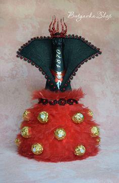 Купить или заказать Шампанское с конфетами 'Малефисента' в интернет-магазине на Ярмарке Мастеров. Каким должен быть подарок для ярких и стильных натур? Конечно же удивительным, выдающимся и оригинальным!!! Даже если это всем знакомое шампанское! Яркое платье в пол из органзы и конфет, высокий воротник и эффектная корона-рога создают загадочный, романтичный и поистине волшебный образ Малефисенты! В таком обрамлении шампанское превращается из обычного игривого напитка в волшебное зелье, а…