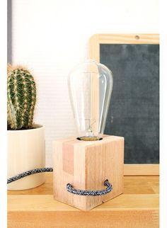 Lampe Quadradro, en bois, cable électrique recouvert de tissus, style scandinave, éclairage, fait main, prise, et interrupteur.
