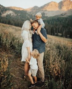 Family session outfit inspiration- neutrals but mixing it up with patterns Photo… Family session outfit inspiration- neutrals but mixing it up with patterns Photographer Aubree Belle Photography